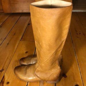 Chic Frye Jillian Pull on boots in size 6 BEIGE